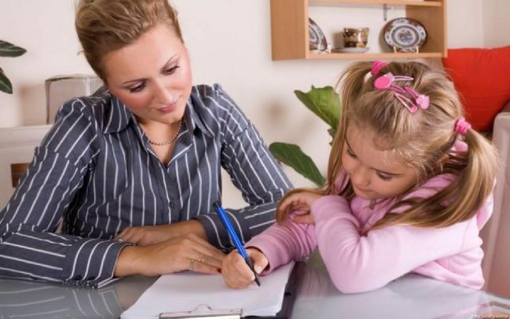 copil ajutat la teme