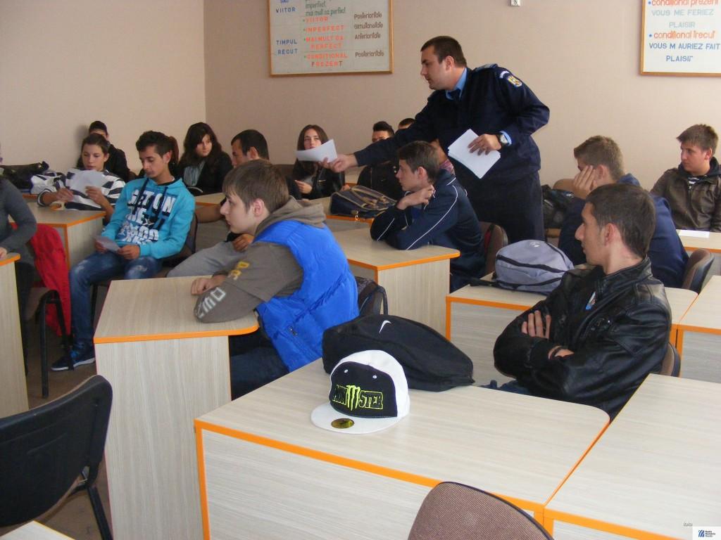 jandarm printre elevi