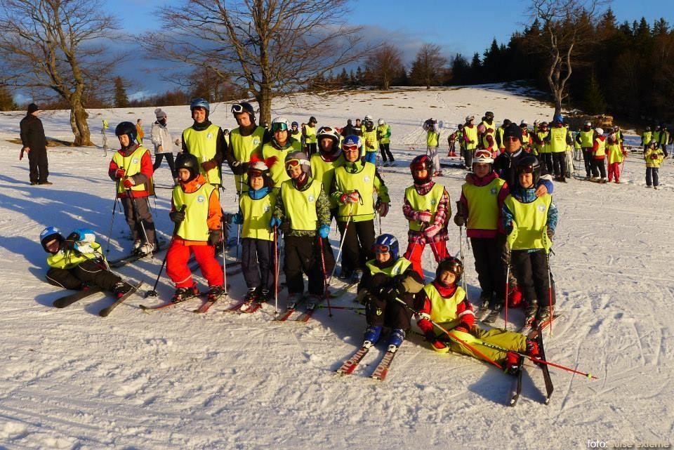 copii pe schiuri pe munte