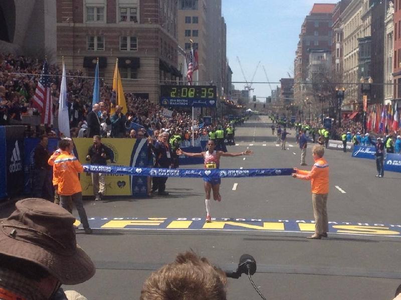 Meb Keflezighi, din San Diego, a castigat Maratonul de la Boston