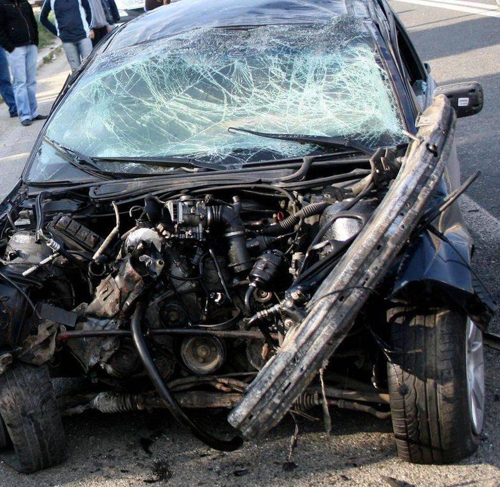 accident cu masina in stalp