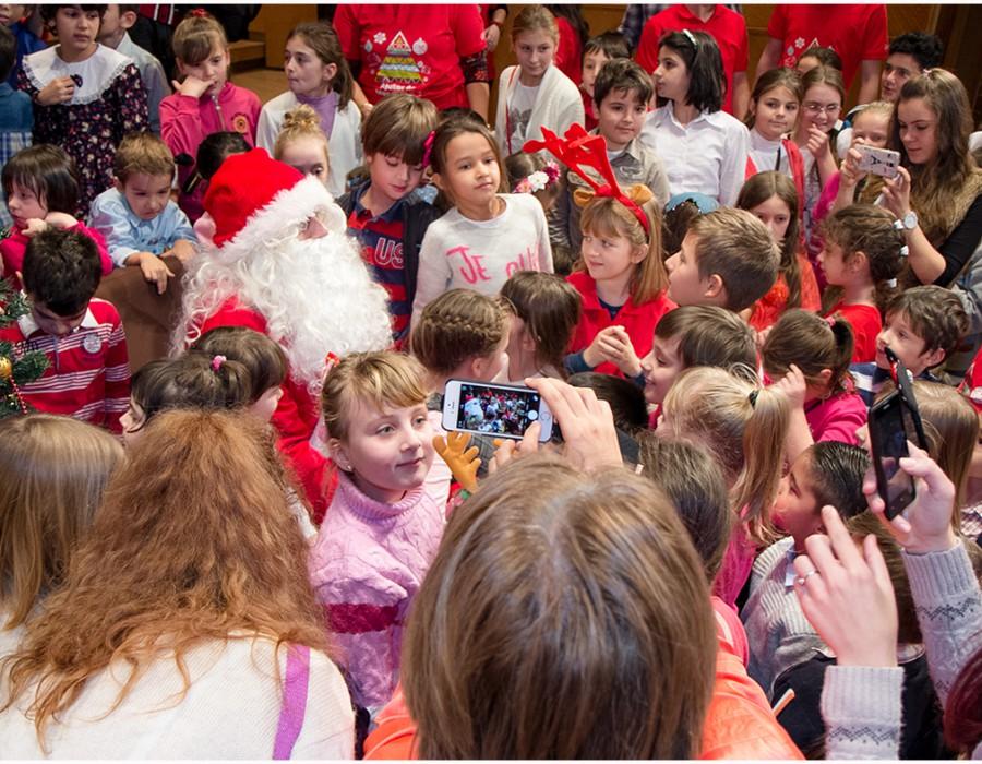 Moș Crăciun a sosit la Radio România. A oferit un concert exploziv și daruri celor 800 de copii aflați în sală.