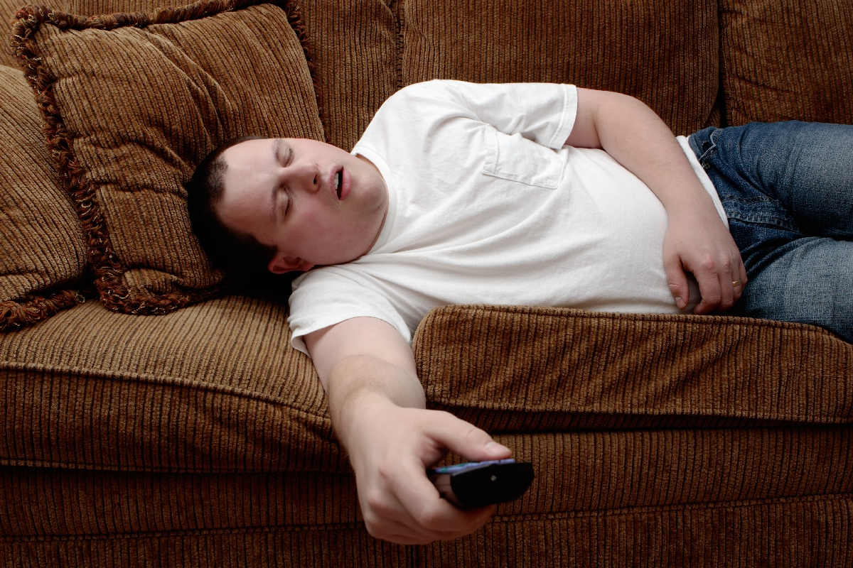 shutterstock_2151450-barbat-baiat-telecomanda-somn-adormit-doarme-canapea-pat-intretinut
